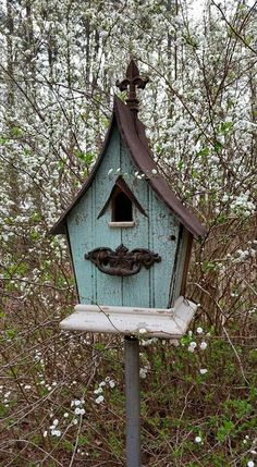 Birdhouse made from farmhouse beadboard@ Rustic Bird Baths, Rustic Bird Feeders, Bird House Feeder, Bird House Kits, Bird Boxes, Diy Garden Projects, Fairy Houses, Home Remodeling, Decoration