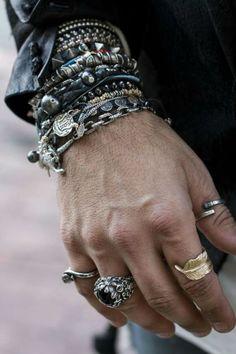 Já falamos aqui de relógios, pulseiras, cachecóis, chapéus, abotoaduras e até prendedores de gravatas, mas um assunto ainda pouco explorado no Canal Masculino diz respeito aos anéis masculinos, um acessório que é recebido com reservas pela maioria dos homens, provavelmente porque muitos deles tem dúvidas sobre escolha e uso de tal item, então vamos a questão principal: Homens podem usar anéis? E por que não? Atualmente temos centenas de joalherias e até marcas dedicadas a bijuterias fazendo…