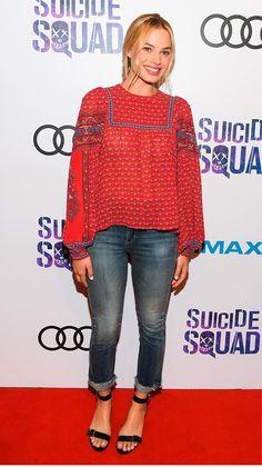 Street style look com bata vermelha, calça jeans e sandália de tira.