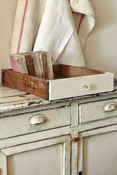 Old drawers for storage ~ One of my favorite uses for my flea market finds ❤️ Farmhouse Chic, Vintage Farmhouse, Farmhouse Ideas, French Farmhouse, Vintage Country, Country Farmhouse, Country Living, Shabby Vintage, Vintage Decor