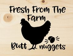 Fresh From The Farm Butt Nuggets Cuting File Voor mijn schoondochter😘 Chicken Signs, Chicken Coup, Funny Chicken, Chicken Humor, Farm Humor, Cricut Explore Air, Stencil Designs, Stencil Patterns, Vinyl Projects