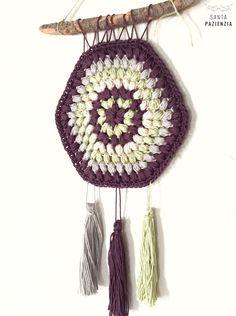 Algo simple pero que da un punto a cualquier rinconcito de casa. Crochet Art, Crochet Home, Christmas Time, Dream Catcher, Garland, Crochet Earrings, Elsa, Diy Crafts, Instagram Posts