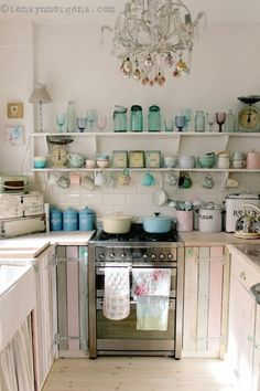 Bohemian style kitchen decors are getting popularity with the passage of every day. These boho style kitchen are adorable in look, have juicy and colorful texture in them. Cocina Shabby Chic, Shabby Chic Mode, Style Shabby Chic, Shabby Chic Cottage, Rustic Style, Boho Chic, Sweet Home, Eclectic Kitchen, Bohemian Kitchen