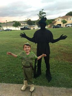 This little boy's dad dressed up as his shadow for Halloween! So awesome and creative!! :)