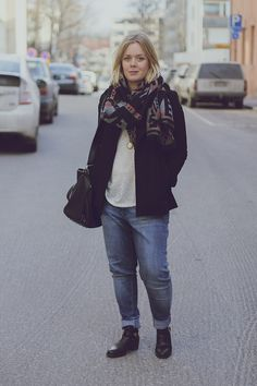 Boyfriend Jeans, Cut-out Ankle Boots, Navayo Scarf