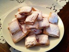 I biscottini morbidi alla ricotta farciti sono dei dolcetti leggeri e sfiziosi davvero golosi e sorprendenti assolutamente da provare.