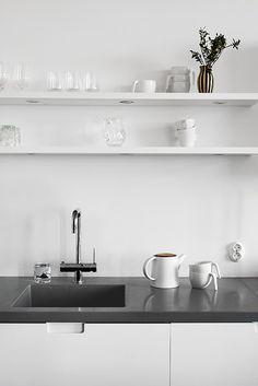 Hochwertig Feines Styling Für Die Küche: Weiße Regale, Weißes Geschirr Und Dunkelgraue  Arbeitsplatte