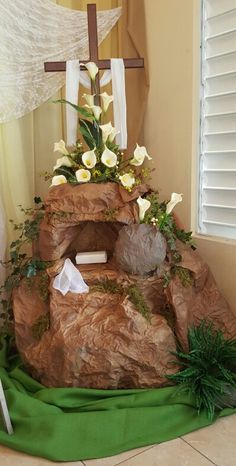 A way we can use the lily's if we make a tomb. Altar Flowers, Church Flowers, Church Altar Decorations, Easter Flower Arrangements, Easter Garden, Church Stage Design, Easter Cross, Church Banners, Palm Sunday