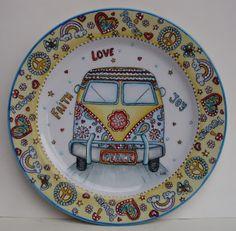 BLOG DA BETH: Porcelanas Sharpie Plates, Ceramic Plates, Ceramic Pottery, Painted Plates, Hand Painted Ceramics, Plates On Wall, Pottery Painting, Ceramic Painting, Tea Coaster