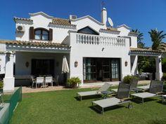 Украшение штукатурного дома в средиземноморском стиле с ограждением