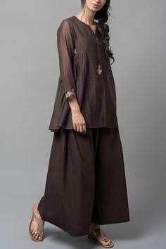 Good Earth - Malabar Niloufer:Lina Chanderi Top Hijab Fashion, Girl Fashion, Fashion Design, Indian Dresses, Indian Outfits, Semi Formal Wear, Modele Hijab, Kurta Designs, Indian Attire