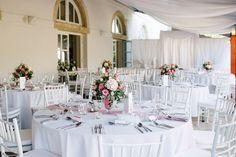 A Pannon Golf Club exluzív környezetet kínál az esküvőkhöz. Az elegáns környezethez mi más is kerülhet az asztalok köré, mint chiavari szék. Az épület mögött elterülő óriási zöld terület nem is kívánt más kiegészítőt mint a fehéret és néhány apró pasztelles árnyalatú virágkompozíciót, amit az Enterifleur készített.
