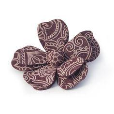 SPILLA ANNALISA BORDEAUX  -  Spilla a forma di fiore in lana cotta stampata. Diam: 11 cm.