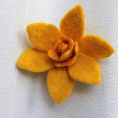 Narciska Zářivě žlutý květ narcisky je vyrobený technikou mokrého plstění z ovčí vlny od milé Oi. Krásným květem ozdobíte svou tašku, kabát nebo svetřík, nebo jej můžete použít pro vaše další tvoření. Vzadu není brožový můstek, na požádání doplním můstek nebo sponku do vlasů. Průměr květu cca 8 cm.