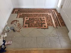 penny floor Gluing the pennies down, working in progression with the layout Penny Backsplash, Penny Tile, Penny Countertop, Penny Boden, Penny Floor Designs, Penny Table Tops, Old Wood Floors, Home Detox, Diy Flooring