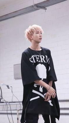 Namjoon looked hecka fine in the mic drop remix! ---------> Namjoon always looks fine Seokjin, Kim Namjoon, Rapmon, Kim Taehyung, Bts Bangtan Boy, Billboard Music Awards, Foto Bts, Camisa Rap, Jung Hoseok