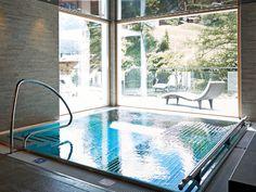 """In Zermatt ist das neue Luxus-Chalet """"LA VUE"""" eröffnet worden. Damit hat das Matterhorn-Dorf sechs erstklassige Ferienwohnungen mit Hotel-Service erhalten, die ganzjährig bewirtschaftet werden. Ein Angebot, das gerade bei der internationalen Kundschaft hoch im Kurs steht. Damit stehen den Gästen des Matterhorndorfs ab sofort sechs luxuriöse Ferienwohnungen mit Hotel-Service zur Verfügung."""