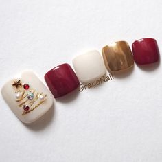 Christmas Nails (silver, not gold) Winter Nail Designs, Christmas Nail Designs, Christmas Nail Art, Gold Christmas, Pedicure Designs, Toe Nail Designs, Nail Polish Designs, Cute Toe Nails, Toe Nail Art