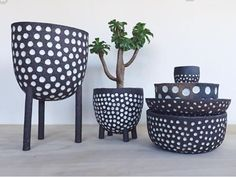 Polka dots planters and bowls click now for info. Mini Vasos, Pottery Techniques, Sgraffito, Pottery Designs, Pottery Studio, Ceramic Planters, Ceramic Artists, Clay Projects, Ceramic Design