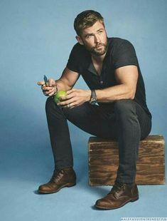 Chris Hemsworth for Men's Journal. Liam Hemsworth, Hemsworth Brothers, Stylish Men, Men Casual, Fitness Before After, Mode Man, Smart Men, Herren Outfit, How To Look Handsome