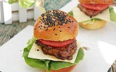 Làm burger gà đãi cả nhà ăn sáng - Tự làm burger gà vừa tiết kiệm tiền trong thời buổi vật giá leo thang, vừa đảm bảo an toàn vệ sinh cho gia đình và nhất là, cả nhà sẽ rất thích thú vì có thể thưởng thức những chiếc burger cực ngon do chính tay bạn làm ra.  - http://daynauan.net/lam-burger-ga-dai-ca-nha-sang/