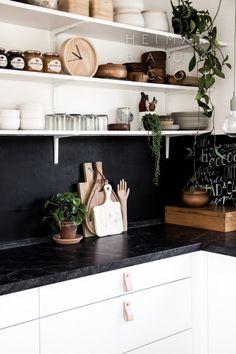 A gorgeous, white, Nordic home / Una hermosa casa nórdica y blanca // casahaus.net
