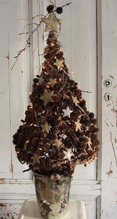 Beautiful pine cone christmas tree! like the star garland