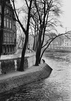 Fred Stein Bend in River - Au bord de la Seine Paris, 1937 Black And White People, Black And White City, Black White Photos, Black And White Photography, Famous Photographers, Street Photographers, Fred, New Paris, Collaborative Art