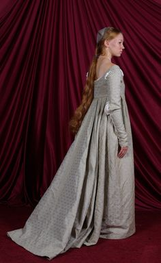 This is my Italian Renaissance gown I made last year, based off a couple paintings that featured Giovanna Tornabuoni (or a sister of the same last name). Italian Renaissance Gown: Back Italian Renaissance Dress, Costume Renaissance, Renaissance Mode, Medieval Costume, Renaissance Fashion, Renaissance Clothing, Medieval Dress, Historical Costume, Historical Clothing