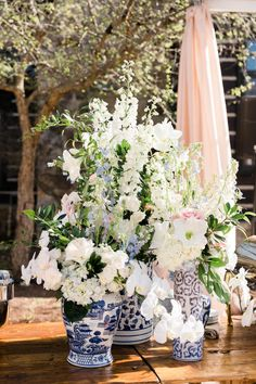 Romantic blooms in chinoiserie vases. Photo: @kellyhornberger Something Blue, Hedges, Chinoiserie, Wedding Details, Flower Arrangements, Backdrops, Wedding Flowers, Marriage, Bouquet