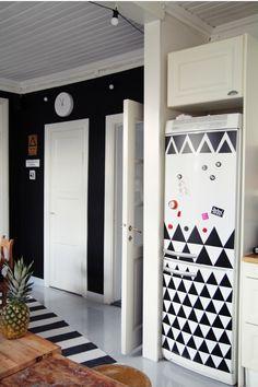 A geladeira revestida com papel contact dá uma nova cara para sua cozinha, e voce pode usar e abusar da criatividade! Vamos apostar em padrões de triangulos?
