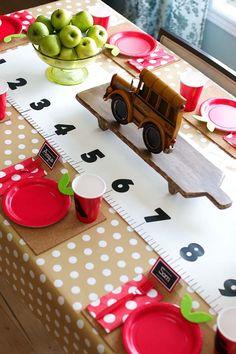Una mesa preciosa para una fiesta vuelta al cole! Me encanta el camino de mesa! / Love this back-to-school party table! Check out the table runner!