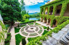 El celebérrimo Monasterio de Yuste Stepping Stones, Golf Courses, Sidewalk, Mansions, House Styles, Outdoor Decor, Travel, Google, Ruins