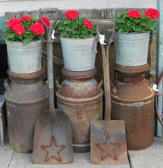 """Daphne Ross shows a different way to stack pots,.on vintage milk cans! She says, """"Red & Rust! ( had to sell my old milk cans when I downsized to an apartment). Container Design, Stacked Pots, Old Milk Cans, Milk Jugs, Vintage Milk Can, Vintage Metal, Flea Market Gardening, Red Geraniums, Garden Junk"""