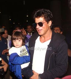 SRK With Abram and Suhana At Mumbai Airport - HD Pics    SRK arrived back from London with kids Abram and Suhana to celebrate Abram's 3rd birthday. Here are the HD Pics.  , Tags :  #srk #shahrukh-khan #suhana-khan #abram-khan #abram , Total Photos : 9