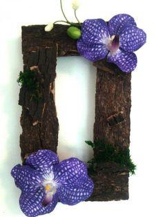 cadre à suspendre en bois mousse et orchidees rouge fleurs