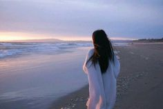 Inspiring image girl, hairstyle, landscape, nature, ocean by sarahswlon - Resolution - Find the image to your taste Mode Ulzzang, Ulzzang Girl, Sunset Photography, Girl Photography, Tmblr Girl, Ft Tumblr, Hinata Hyuga, Sunset Photos, Beach Girls