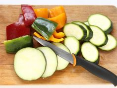 ARROSTICINI CON VERDURE ALLA GRIGLIA 2/5 - Dividete a metà i peperoni, privateli del picciolo e dei semi e tagliateli a falde, spuntate le melanzane e le zucchine e dividetele a fette.