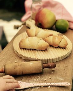 """Gefällt 113 Mal, 2 Kommentare - Tiny Table by LauriLisa (@tiny_table) auf Instagram: """"Happy Sonntag💛 zum Frühstück gab es heute Apfel Croissants. Nur Junie müssen wir irgendwie noch…"""""""