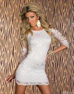 Sexy abito corto realizzato in pizzo bianco con collo rotondo e manichea…