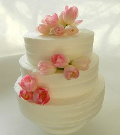 This is a classic but simple wedding cake style that can be complimented with many different kinds of flower arrangements. I think the light pink tulips are so pretty for early Spring. David Tutera, Pretty Cakes, Beautiful Cakes, Amazing Cakes, Tulip Wedding, Wedding Flowers, Gold Wedding, Tulip Cake, 3 Tier Wedding Cakes