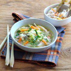 Hühnersuppe auf asiatische Art Curry, Ramen, Soup, Japanese, Ethnic Recipes, Stew, Rice Noodles, Lemon Grass, Asian Recipes