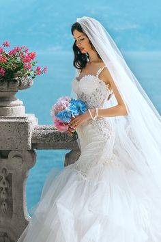 Nem vagytok biztosak abban, hogy egy fátyol illik hozzátok és a menyasszonyi ruhátokhoz? Semmi gond, napjainkban egyre divatosabbak a kalapok, a tiarák, és a kalapok is, nyugodtan választhattok közülük is. Segítünk nektek eligazodni a menyasszonyi fejdíszek rengetegében! #esküvőifátyol #menyasszonyifejdíszek #menyasszonyikiegészítők #menyasszonyitiara #virágkoronaesküvőikiegészítő Casual Wedding Groom, Groom Wedding Dress, Groom Style, Groom Dress, Wedding Attire, Wedding Gowns, Wedding Bride, Bouquet Wedding, Party Gowns