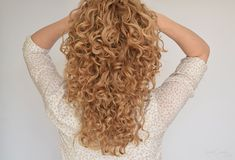 Read my easy step-by-step tutorial to plopping curly hair to get frizz-free and defined curls! Natural Curls, Natural Hair Styles, Long Hair Styles, Curled Hairstyles, Girl Hairstyles, Tight Curls, Bouncy Curls, Curly Hair Tips, Hair Blog