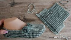 Easy slippers with a bow Knit Slippers Free Pattern, Baby Booties Knitting Pattern, Knitted Slippers, Baby Knitting Patterns, Knitting Designs, Knitting Socks, Loom Knitting, Crochet Patterns, Easy Knitting