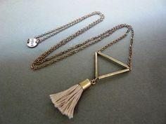 Collier triangle et pompom
