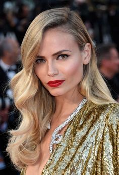 The women who won the red carpet hair game at Cannes, HAİR STYLE, Glamorous hairstyles for your wedding. Love this side-swept waves for a simple and casual wedding day look. Bride Hairstyles, Down Hairstyles, Glamorous Hairstyles, Hollywood Hairstyles, Red Carpet Hairstyles, Casual Hairstyles, Side Swept Hairstyles, Classic Hairstyles, Hairstyles 2018
