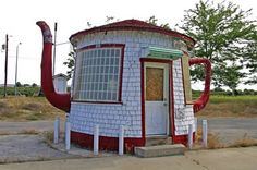 20 Most Bizarre Houses around the worldThe Teapot Dome, a strange house in Zillah (WA, USA). It was built in 1922 as a reminder of the Teapot Dome Scandal involving President Warren G. Harding and a federal petroleum reserve in Wyoming. Unusual Buildings, Interesting Buildings, Crazy Houses, Little Houses, Weird Houses, Small Houses, Teapot Dome Scandal, Architecture Unique, Classical Architecture