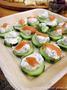 Cucumber with cream cheese dill dip and salmon. Quick snacks in summer. Informations About Drei schnelle, gesunde Apéroideen Pin You can easily … Holiday Appetizers, Appetizer Dips, Appetizer Recipes, Salmon Appetizer, Dill Dip, Party Sandwiches, Picnic Foods, Quick Snacks, Party Snacks