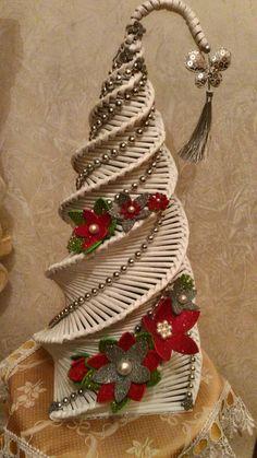 Cannucce di carta: Le 36 più belle idee natalizie con il riciclo dei giornali Diy Quilling Christmas, Crafts To Do, Christmas Diy, Christmas Crafts, Christmas Ornaments, Recycled Paper Crafts, Newspaper Crafts, Diwali Decorations At Home, Christmas Decorations